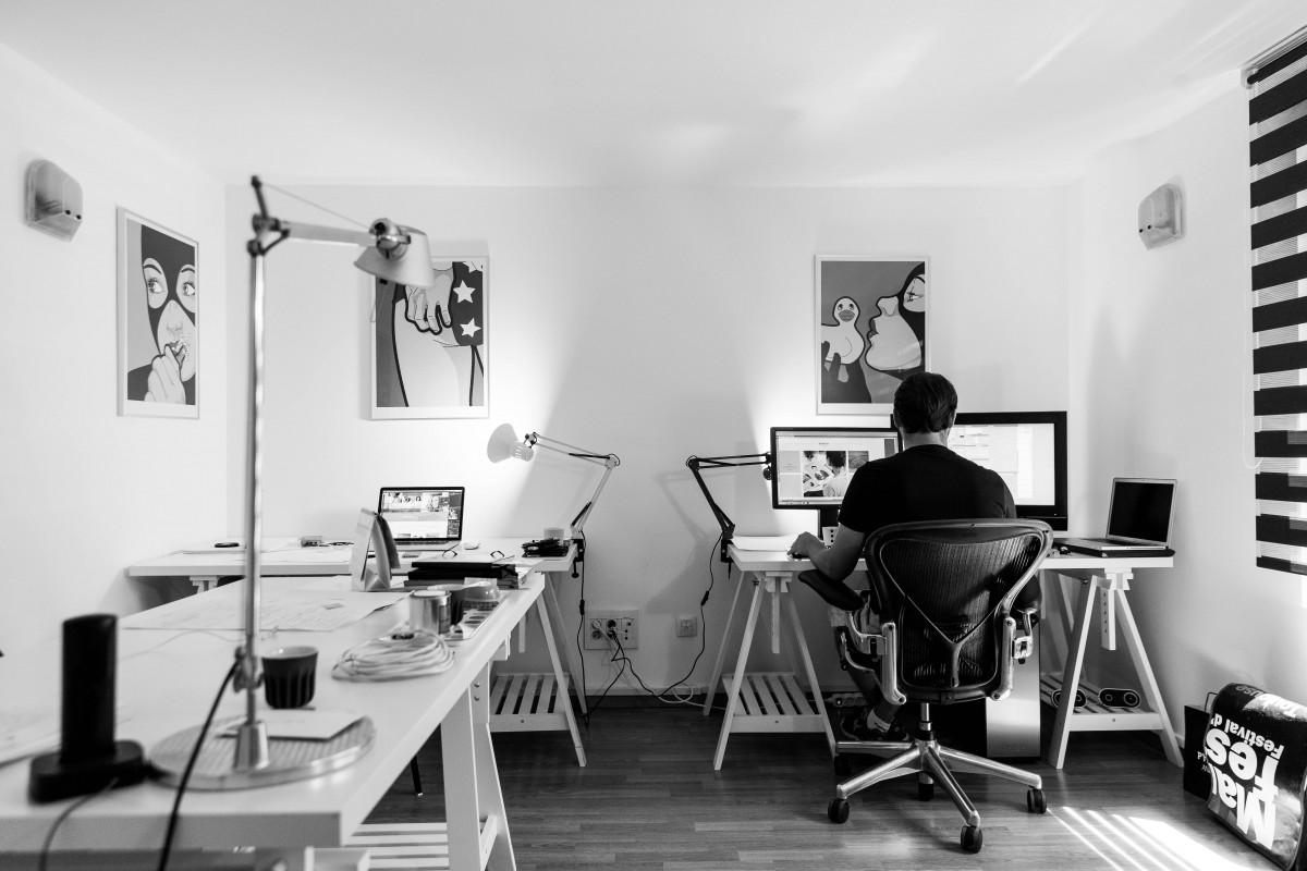 Utiliser un bureau debout pour jouer
